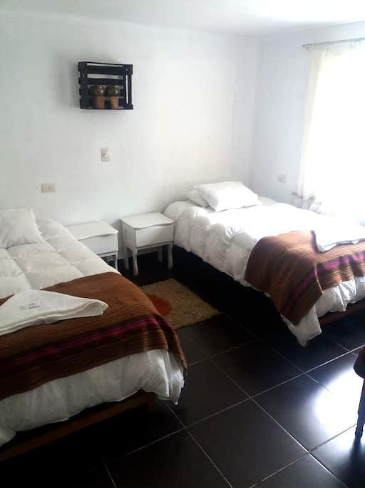 Habitación doble  (dos camas) con baño compartido - Cusco - Hostel