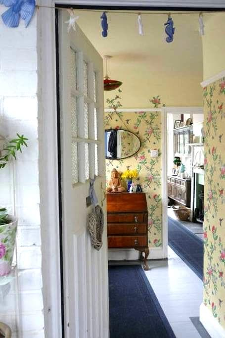 Twin beds, breakfast, guest lounge, bike storage - Bexhill