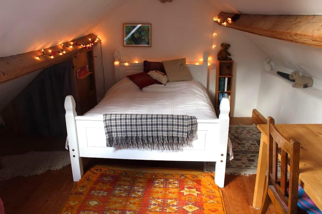 Cosy attic room in countryside cottage - Stroud - Rumah