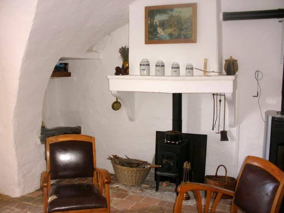 Chambre et pièce à vivre indépendantes, cheminée. - Upaix - Earth House