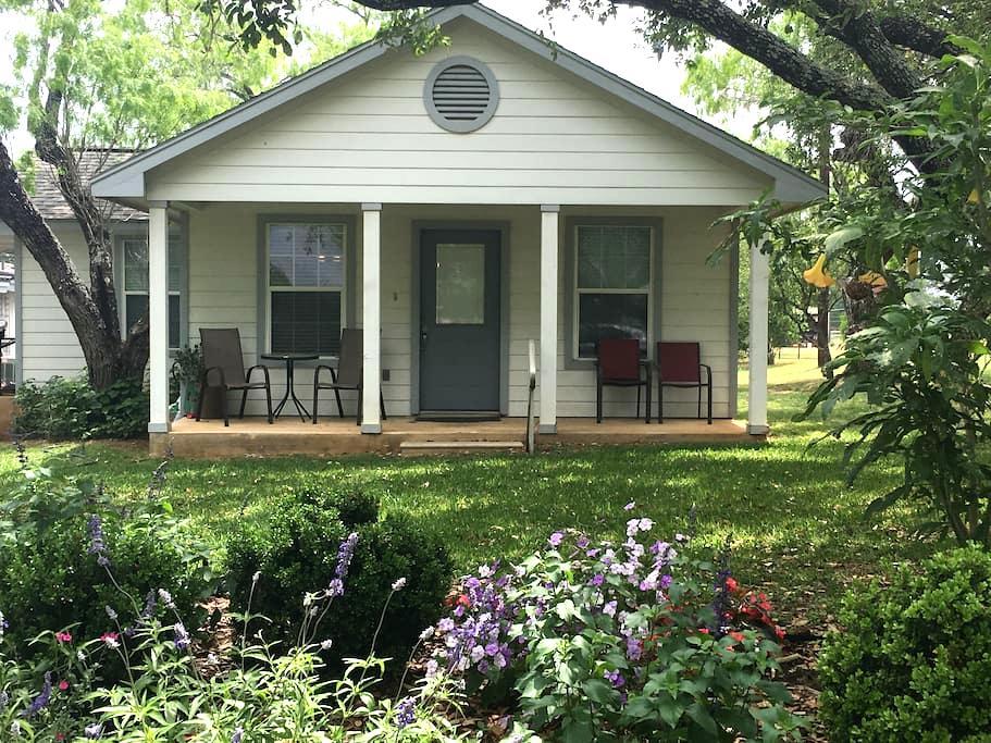 Cooper's Garden Place Guest House - Floresville - Casa