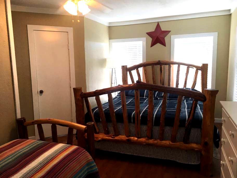 Private upstairs bedroom - East Bernard