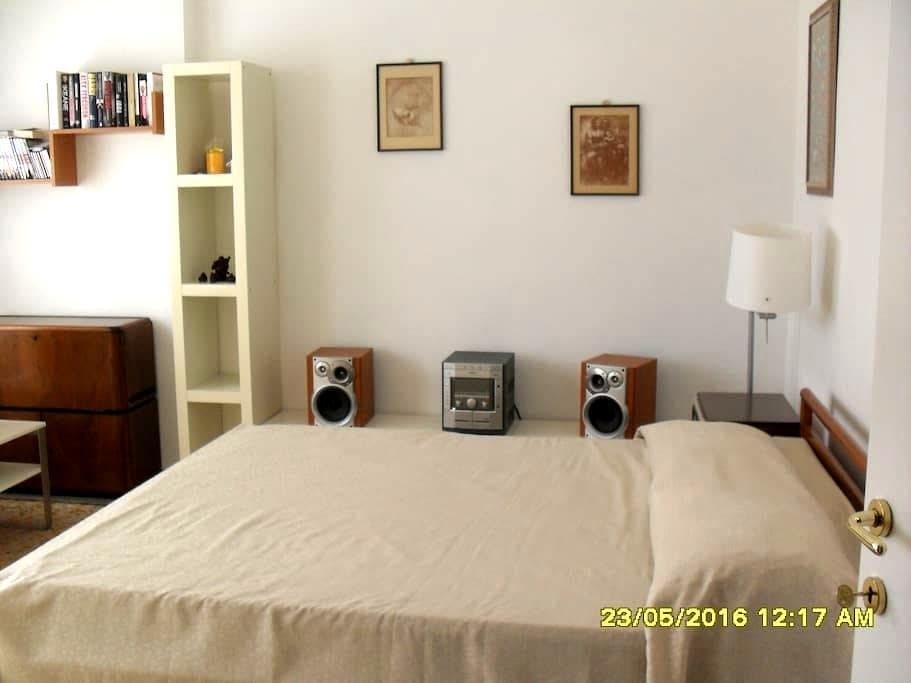 Spacious double room to rent available immediately - Livorno - Flat