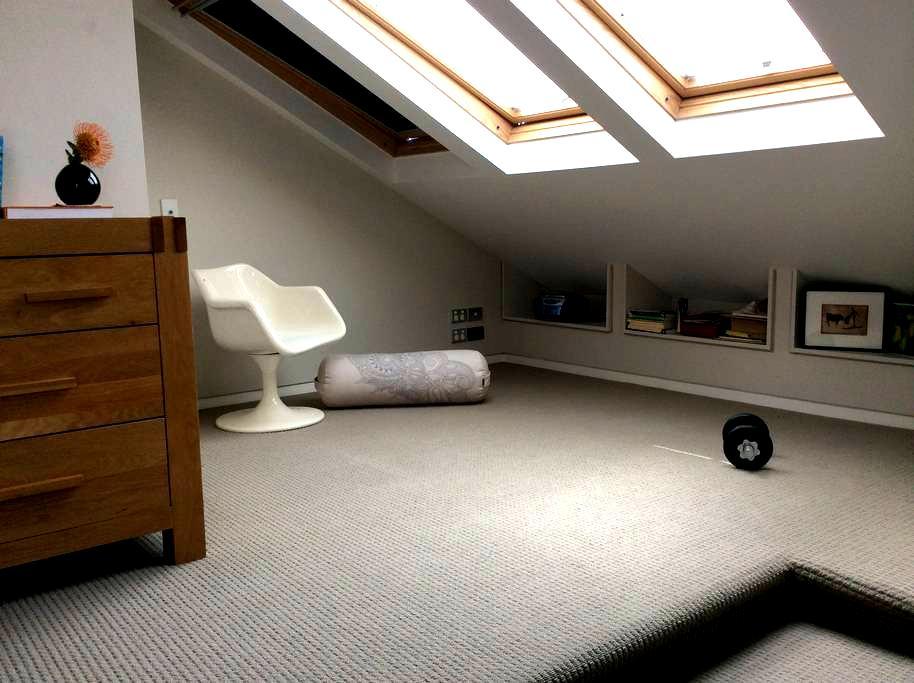 Warm sunlit room in heritage villa - Auckland - Bed & Breakfast