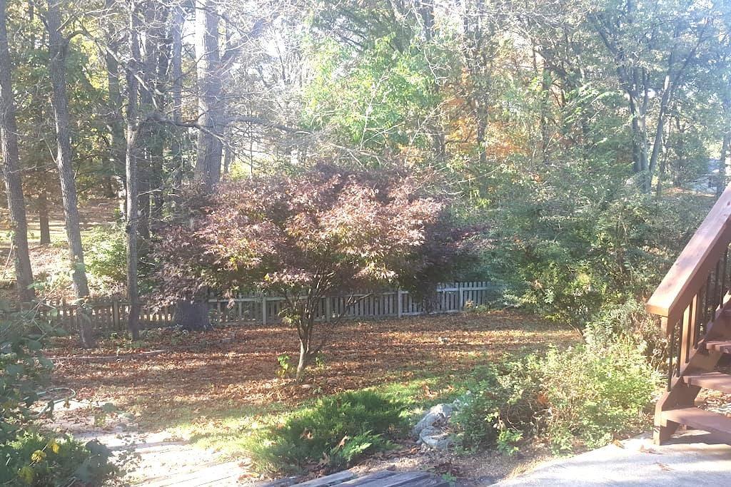 Cozy, Beautiful Suburban home on wooded lot - O'Fallon - บ้าน