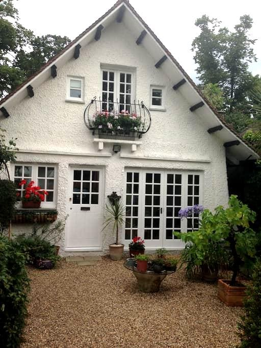 Detached lodge providing privacy and independence - Weybridge - Cabaña