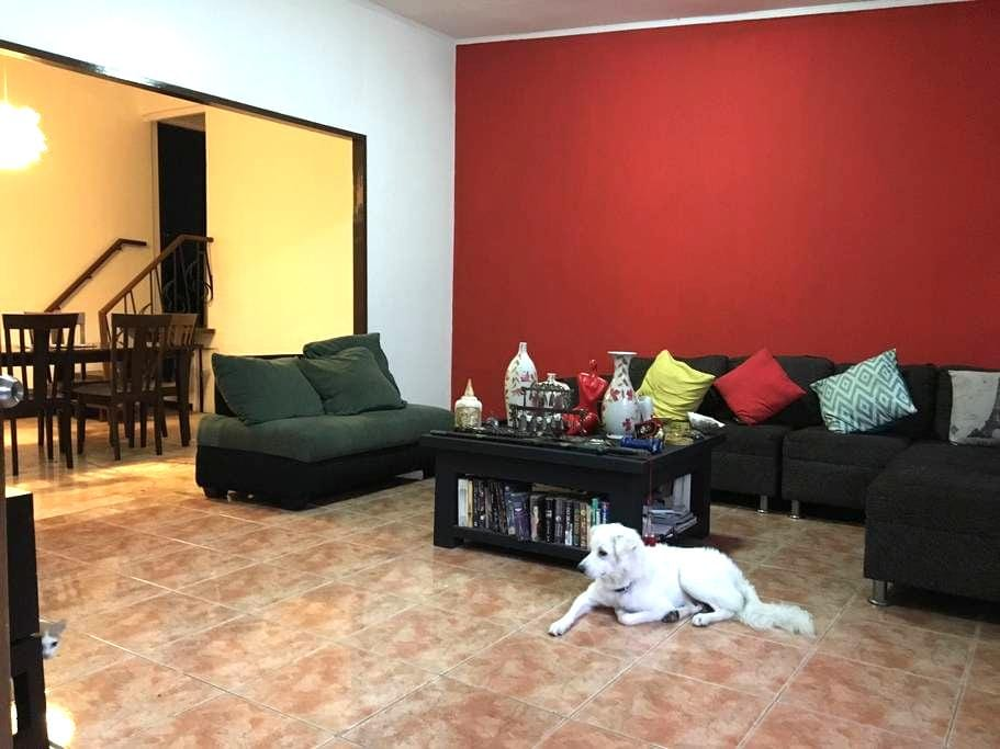 Central, Cozy and Spacious House - Makati - Rumah