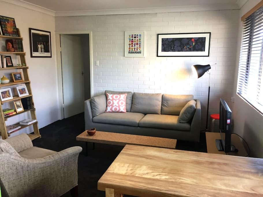 Stylish unit in hip inner north - Lyneham - Apartment