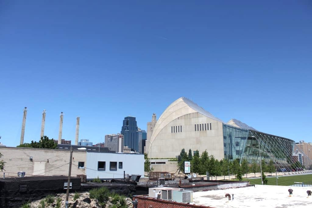 Bright Airy Apt in Heart of Downtown KC w/ Views - Kansas City - Appartement