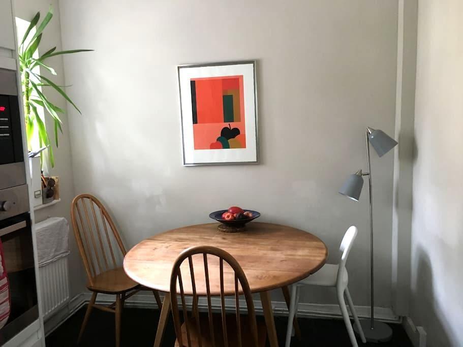 Pretty Double Room in Cosy, Boho Portobello Flat - London - Apartment