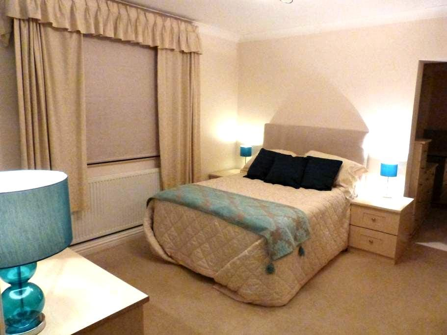 Large suite close town & railway - Chelmsford