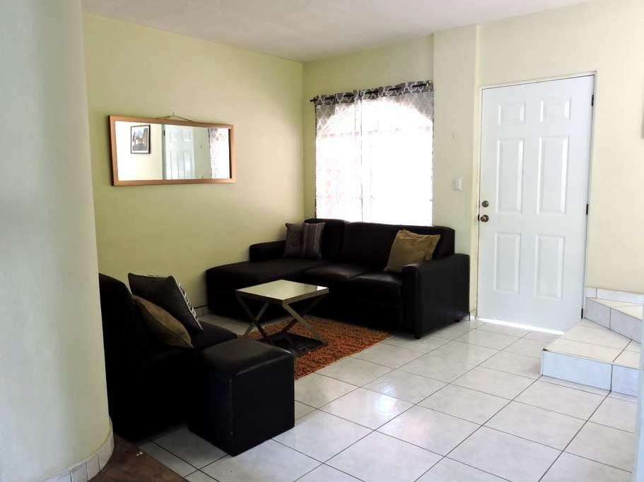 lovely and comfortable home - San Salvador - Hus