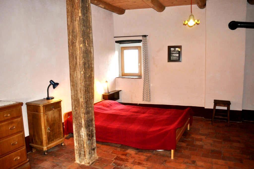 Camera matrimoniale Affittacamere Sumenza e radis - Stabio - บ้าน