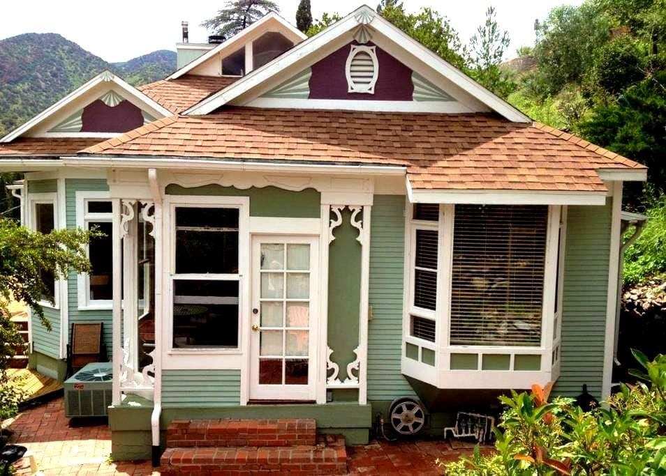 The Perfect Weekender Victorian with views & deck! - Bisbee - Dom