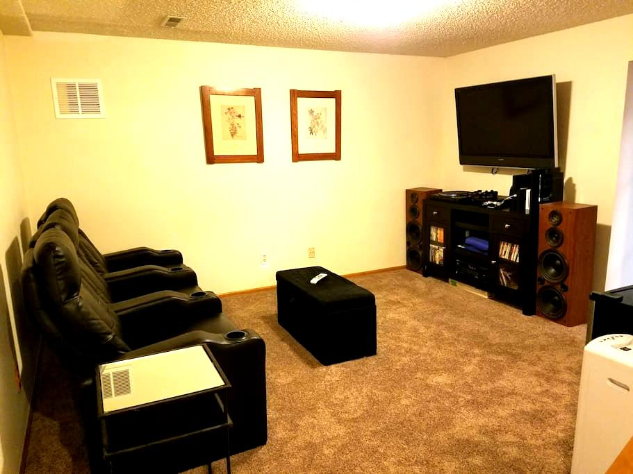 Private Lower Level Suite/Theatre - Westminster - Casa