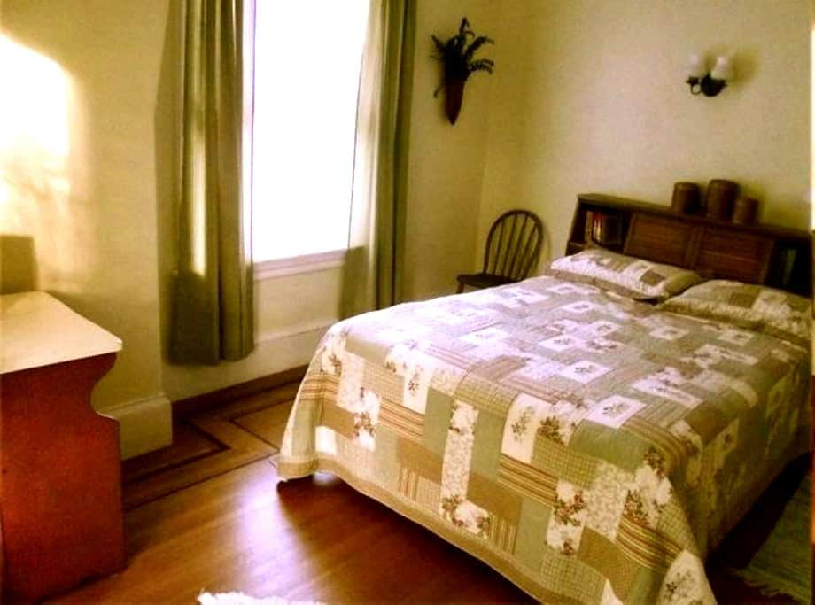 Yellow Room on 2nd - Providence - Bed & Breakfast