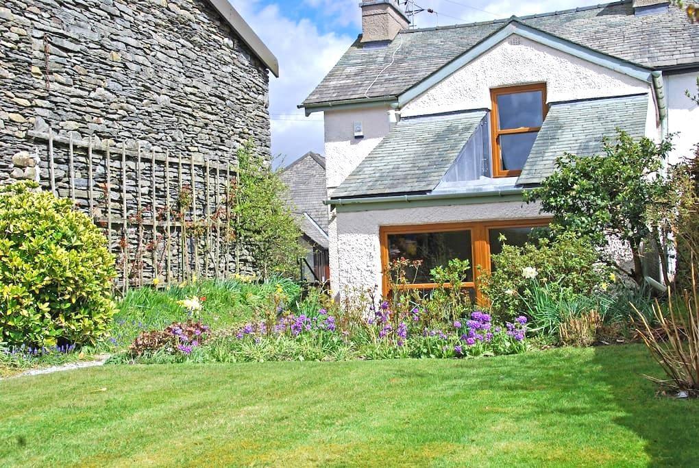 Garburn Cottage - large secluded sunny garden - Staveley
