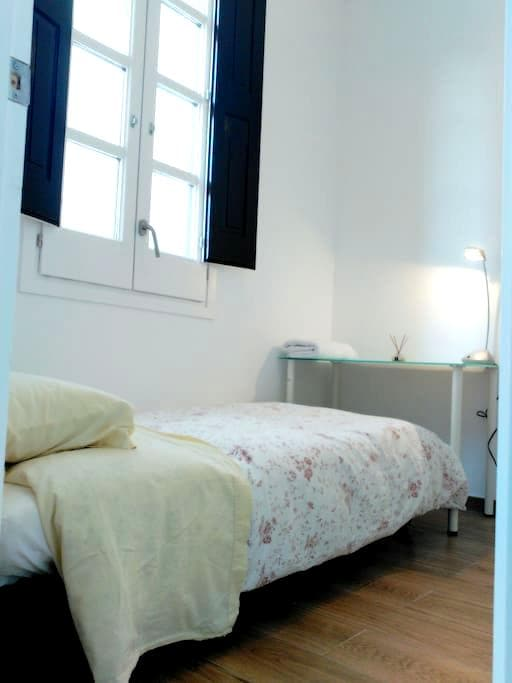 Lovely room in new apartment (fantastic location) - Barcelona - Bed & Breakfast