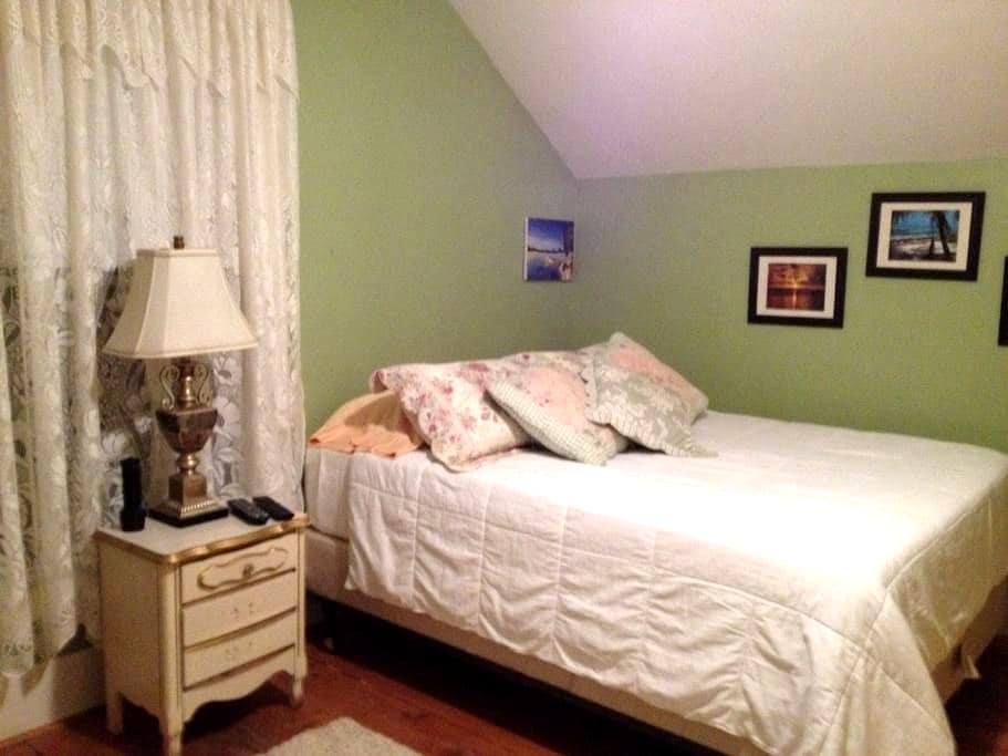 Nice clean and quiet room. - Potsdam - House