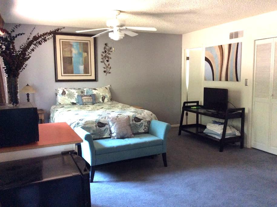 Comfortable, quiet midtown suite with lots of room - Fort Collins - Huis