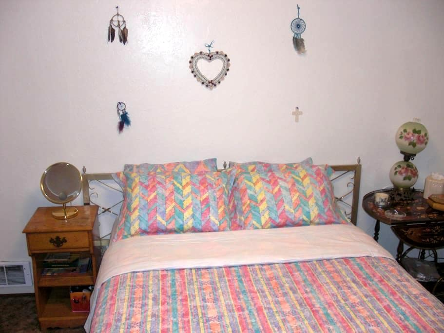 Your Cozy Queen Size Room Away From Home, In Town - Poulsbo - Daire