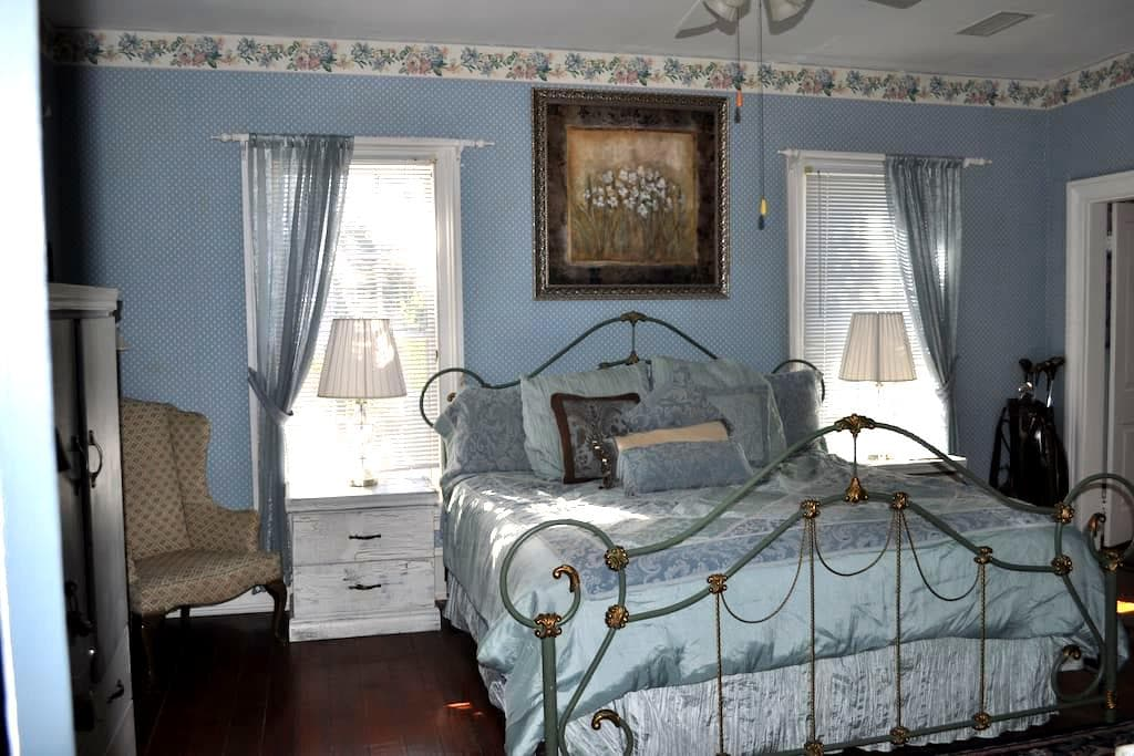 Gable & Lombard Suite, Private Bath - St. Marys - Bed & Breakfast