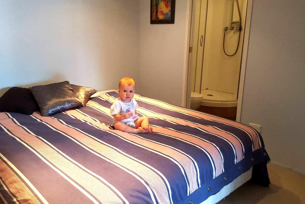 Private bedroom with ensuite in large family home. - Papakura - Haus