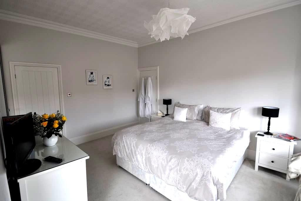 Spacious superking or twin room in Edwardian house - Lytham Saint Annes - Hus