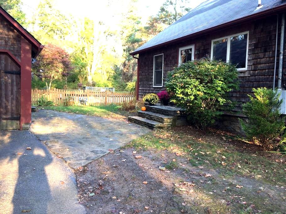 Private room, second floor, complete privacy - South Kingstown - House