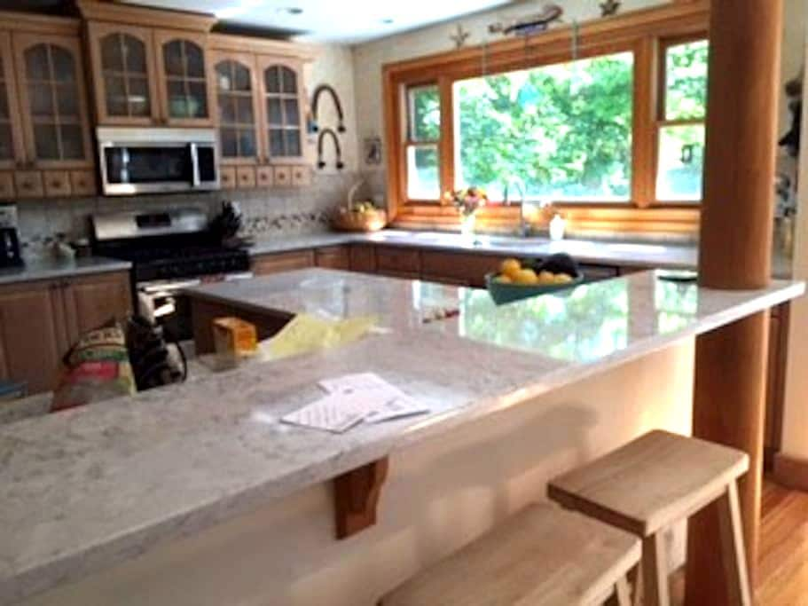 Charming WATERFRONT 4 Bedroom, Northport - Northport