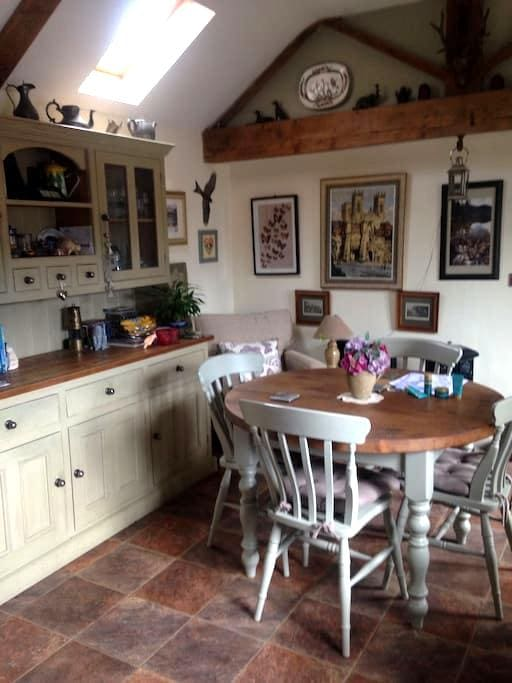 1 bed cottage tucked away in shared walled garden - North Yorkshire