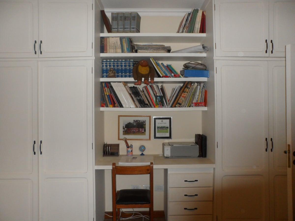 comodo plackard con biblioteca y escritorio.