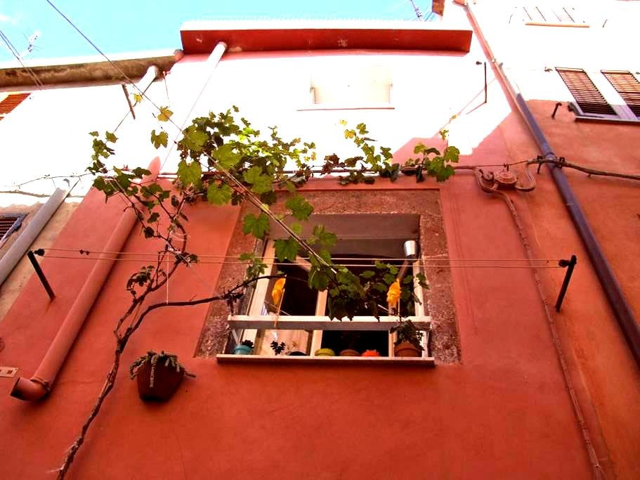 Bosa, 3 storey home in the old town - Bosa - Apartment
