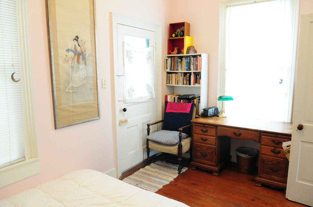 Walk to Downtown Homestay Pink Room