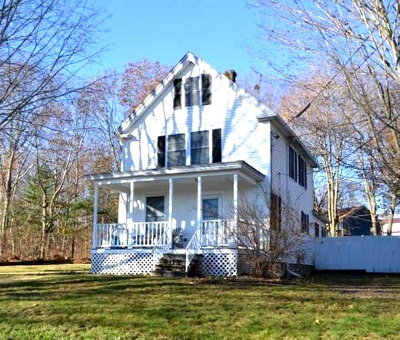 Updated House in Peaceful Setting - South Portland - Huis