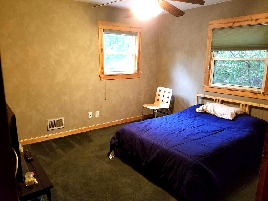Nice room in a spacious beautiful log cabin house - Smithtown - Ház