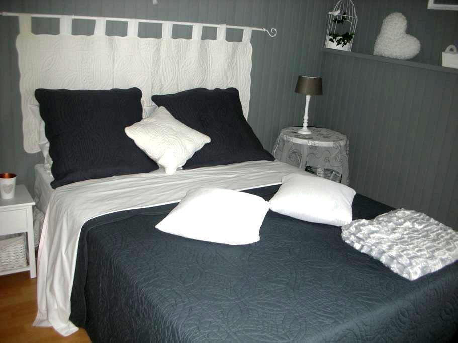 logement clair et très bien équipé - Holving - Casa