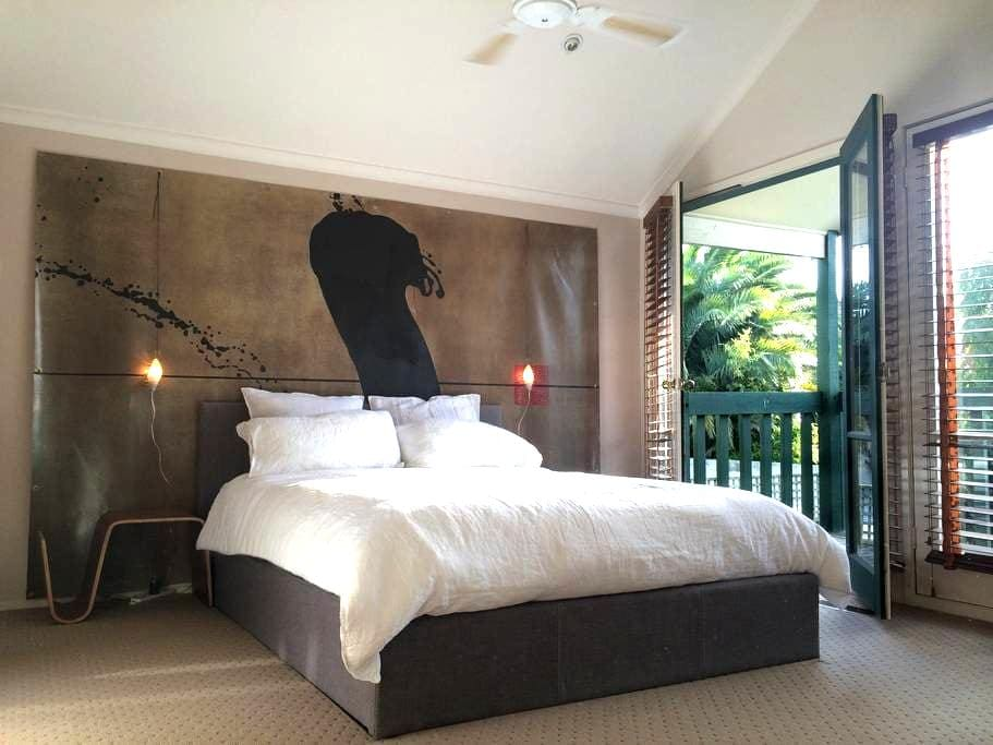 Spacious, sunny masterbedroom - private bath - Hawthorn - Hus