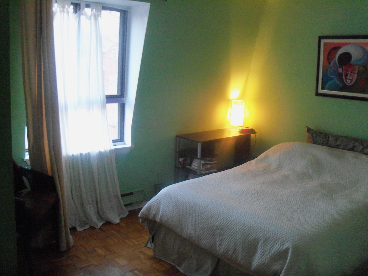 Guest bedroom: west-facing, sunny, warm and peaceful.
