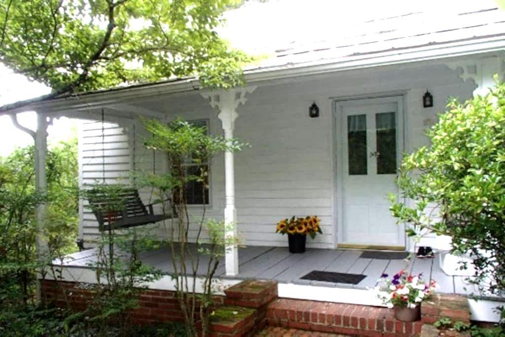Miss Eleanor's Cottage - Hillsborough - Byt