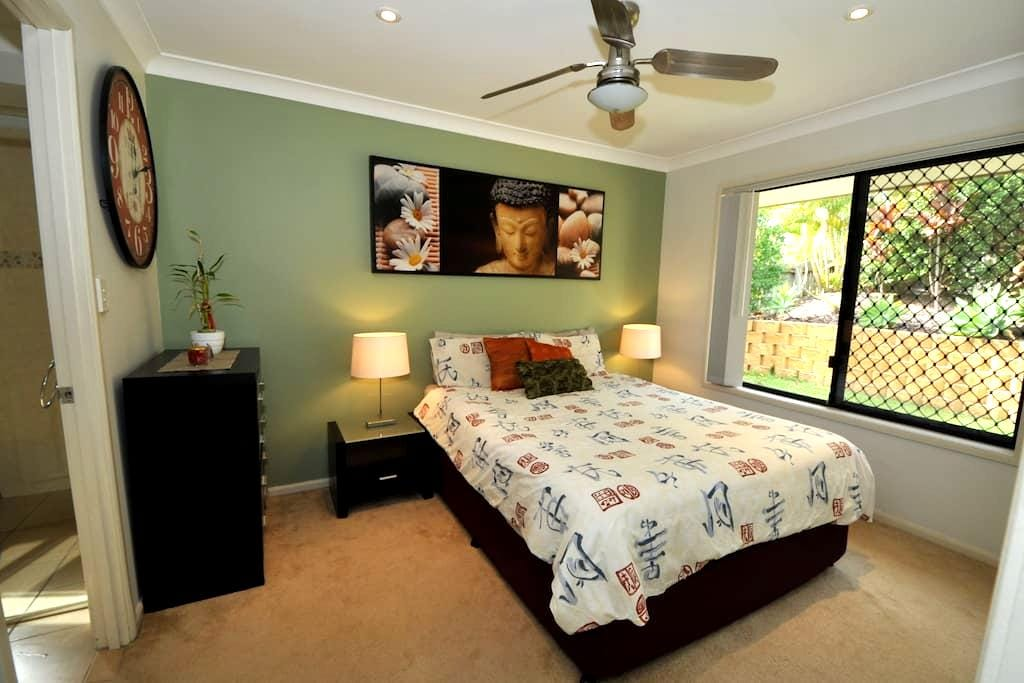 Queen bed, ensuited room in 3 bedrooom house - Carrara - บ้าน