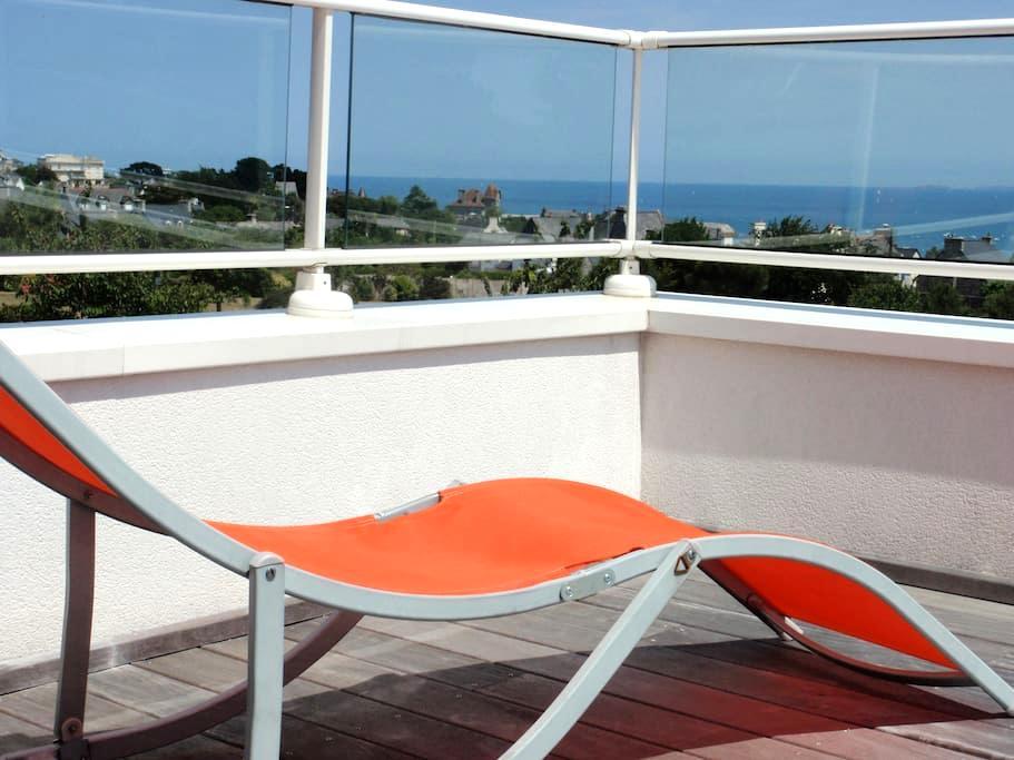 Chambre et terrasse vue sur mer et petit déjeuner - Saint-Cast-le-Guildo