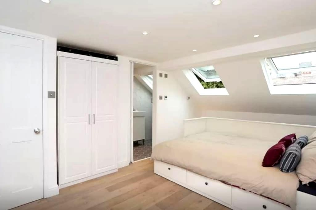 Large and bright ensuite bedroom on its own floor - London - Hus