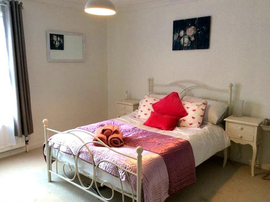 Spacious, light room in Overton - Overton - Huis
