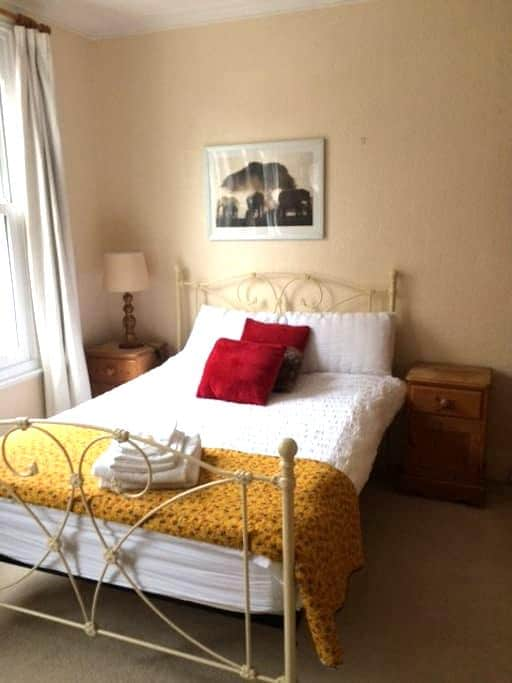 Large, double, beautiful room in Victorian home - Londres - Casa