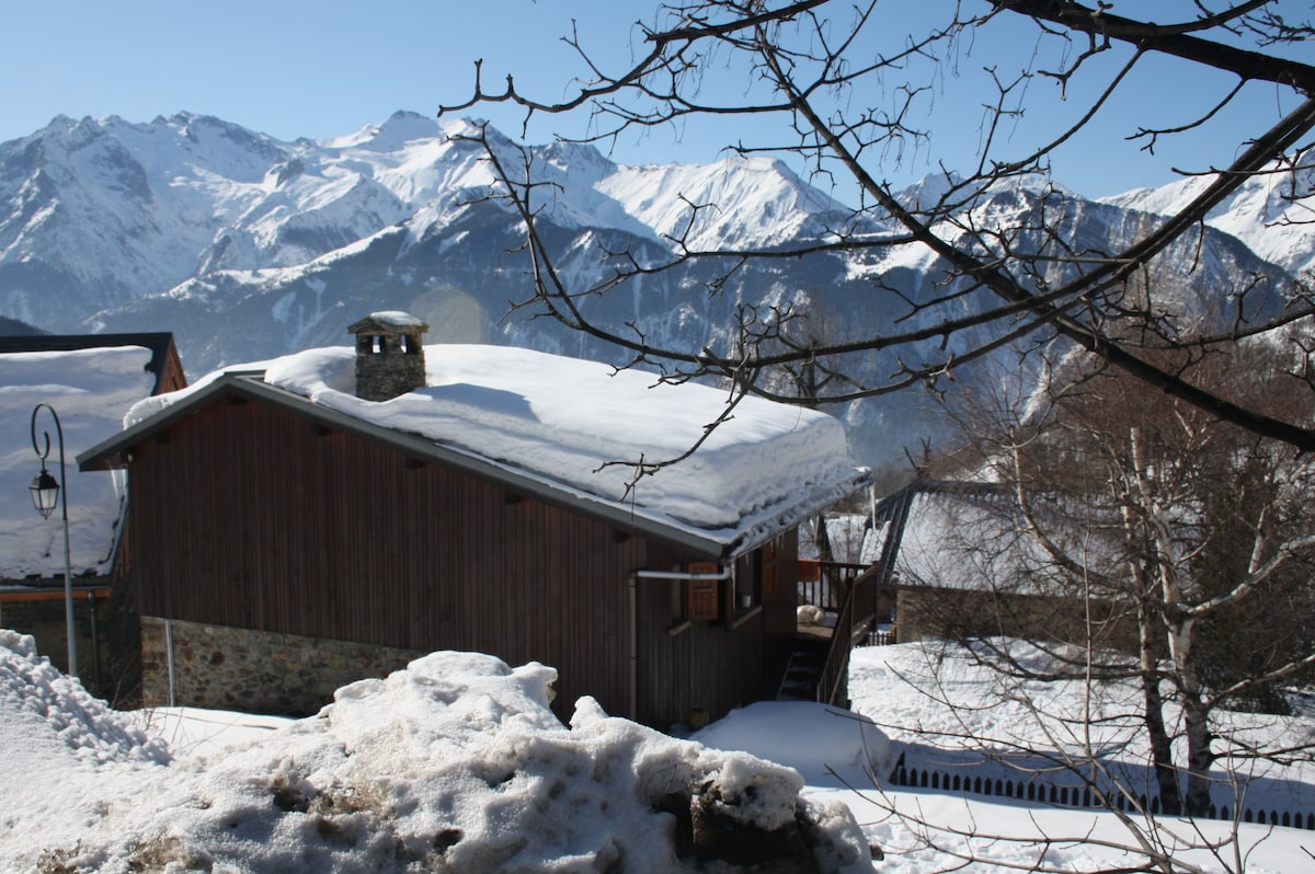 Le chalet vu depuis la route qui monte à la station           My name is Fabien.Hello to all my future guests! FOR A LIMITED NUMBER OF GUESTS 20% discount is available for entire stay! For more details contact me at: fabhost@óutlóók.cóm  (when composing e