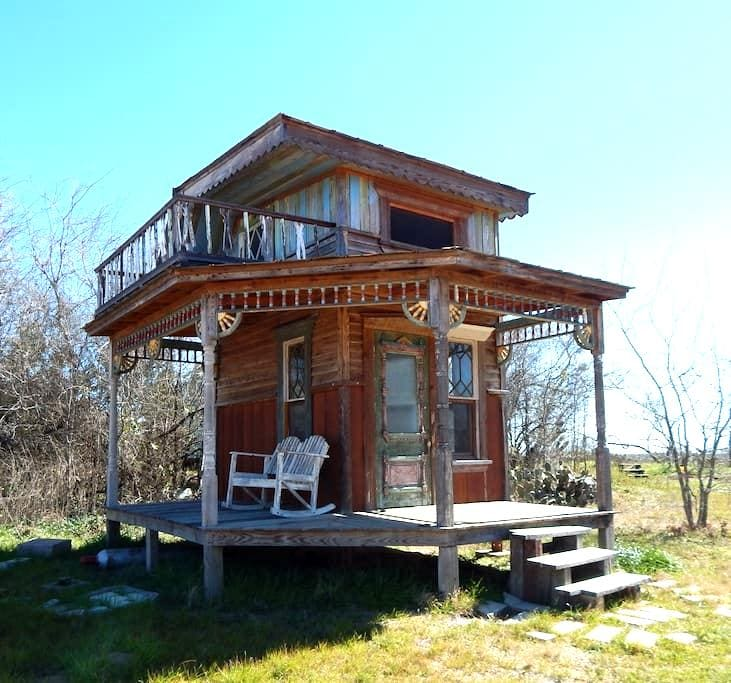 Gingered Swan -- Tiny Texas Houses - Luling - Casa