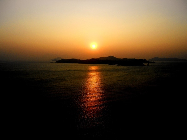 Stunning sun set and sun rise views as well as memorable full moon views.