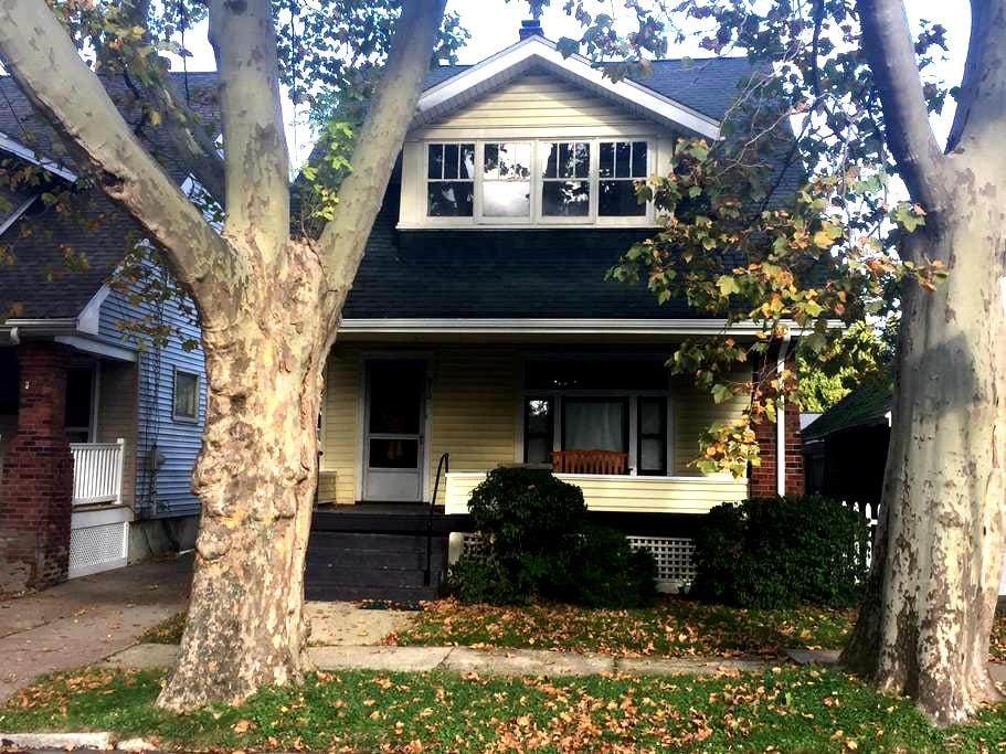 MAUDIE'S, your 3bed/1b home away from home - Erie