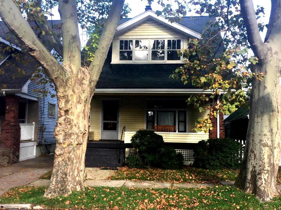 MAUDIE'S, your 3bed/1b home away from home - Erie - Casa